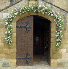dekoracja kwiatowa portalu kościelnego
